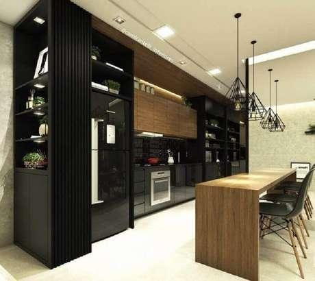 76. Ilha de madeira com pendente aramado para decoração de cozinha preta planejada – Foto: Carol Cantelli