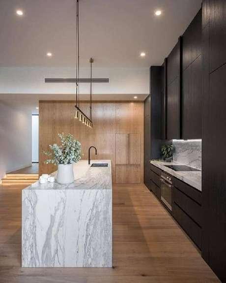 77. Ilha de mármore para decoração de cozinha planejada preta moderna e sofisticada – Foto: Pinterest