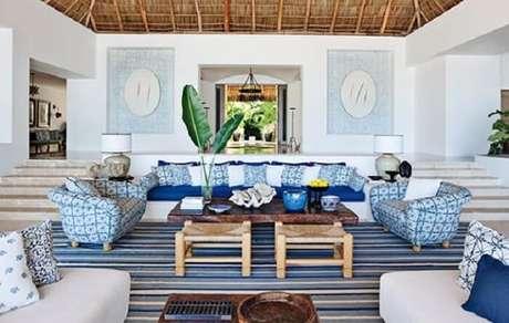 52. Mescle tons de azul na sala de estar da casa de praia. Fonte: Lilian Agostinho Imóveis