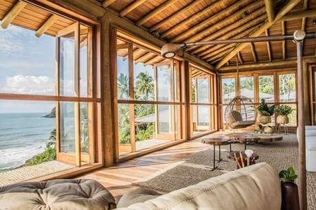54. Móveis de madeira e bambu são ótimos para compor a decoração da casa de praia. Fonte: Casa Vogue