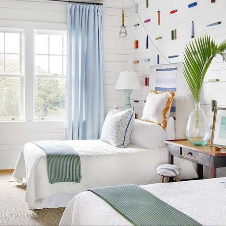 57. O quarto compartilhado da casa de praia foi decorado com tons claros. Fonte: Pinterest