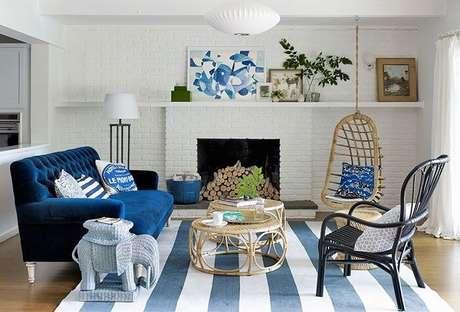 59. O tapete listrado combinou perfeitamente com o restante da decoração da sala de estar da casa de praia. Fonte: Pinterst
