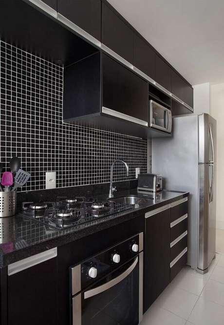 79. Decoração simples com pastilhas pretas para cozinha compacta preta planejada – Foto: Carolina Mendonça