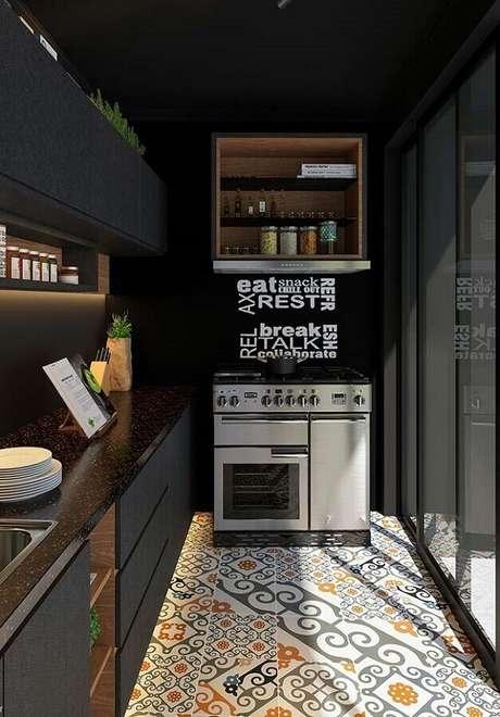 81. Piso hidráulico para decoração de cozinha compacta preta – Foto: Houzz
