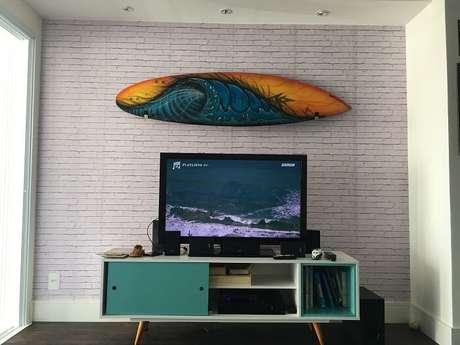 63. Que tal uma sala com prancha de surf na casa de praia? Fonte: Pinterest