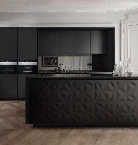 83. Ilha com revestimento 3D para decoração de cozinha preta planejada moderna – Foto: Dicas Decor