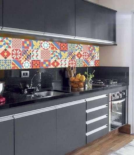 84. Revestimento colorido para decoração de cozinha preta simples – Foto: Webcomunica