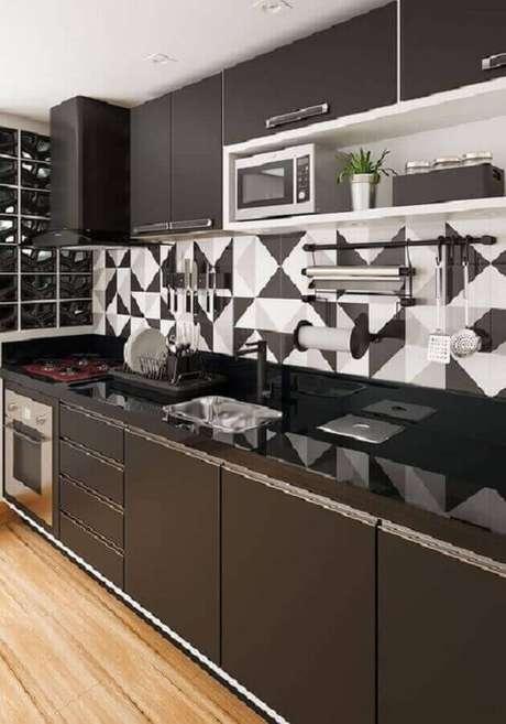 85. Revestimento com desenhos geométricos para decoração de cozinha preta e branca – Foto: Webcomunica