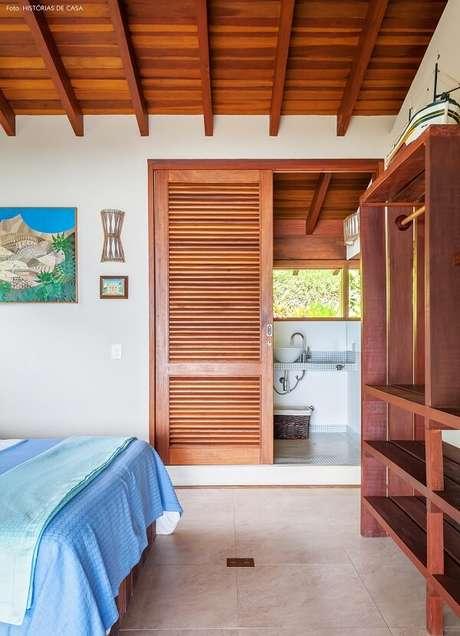 66. Utilize portas de madeira para separar ambientes no projeto da casa de praia. Fonte: Claudia Bartelle