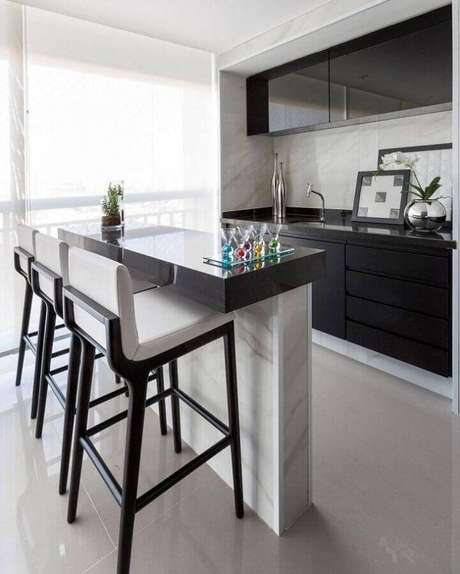 87. Decoração para varanda gourmet com cozinha preta e branca planejada – Foto: Monise Rosa