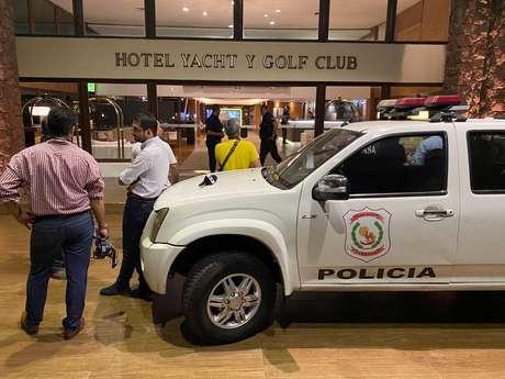 Carro da polícia do Paraguai em frente ao hotel onde Ronaldinho está hospedado em Assunção 04/03/2020 REUTERS/Jorge Adorno