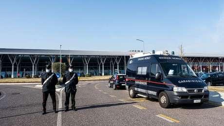 Pequenas cidades no norte da Itália estão em quarentena e a polícia monitora a entrada e saída de veículos.