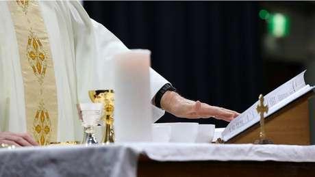 """""""Meu normal é me sobrecarregar de serviço, creio que por medo da solidão"""", desabafa o padre Aurélio."""