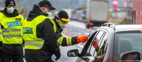 Posto de controle em uma estrada na República Tcheca