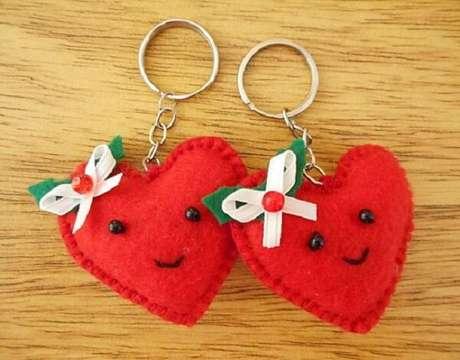 12. Acrescente outros elementos decorativos no seu chaveiro de feltro. Fonte: Customizando.net