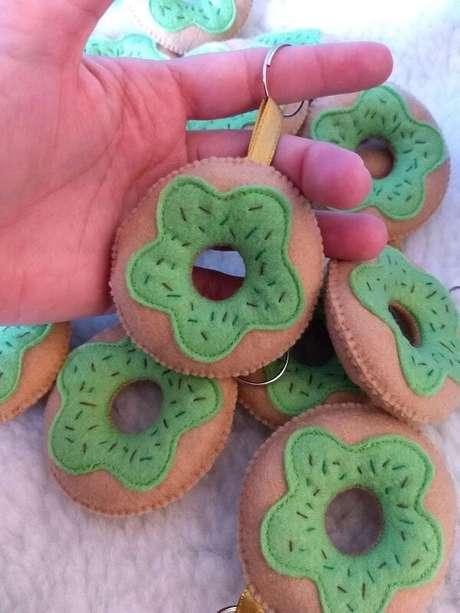 20. Chaveiro de feltro em formato de donuts com cobertura verde. Fonte: Pinterest