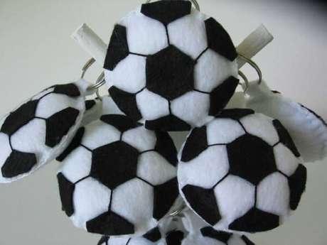 23. Chaveiro de feltro em formato de bola de futebol. Fonte: Pinterest