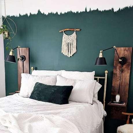 31. Inspiração para quarto verde esmeralda com cama branca – Via: Pinterest