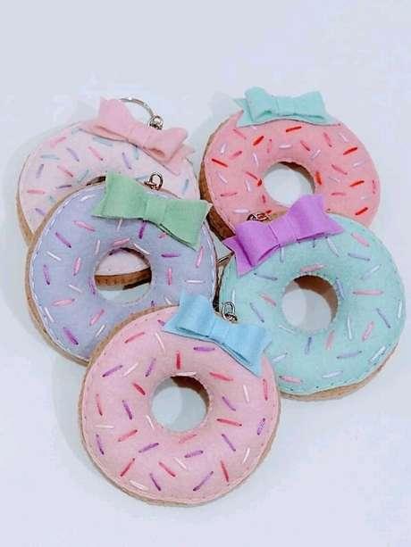 37. Invista na compra ou confecção de chaveiros de feltro em formato donuts. Fonte: Pinterest