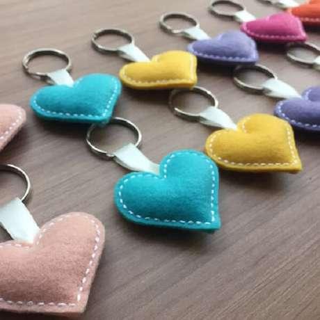 4. Mescle tons na hora de criar o chaveiro de feltro em formato de corações. Fonte: Pé de Feltro
