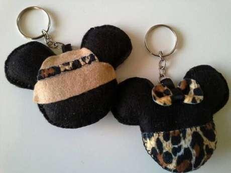 3. Modelo de chaveiro de feltro em formato de Mickey e Minnie. Fonte: Pinterest