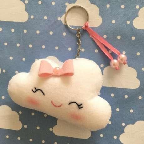 45. Modelo de chaveiro de feltro nuvem com laço rosa. Fonte: Pinterest
