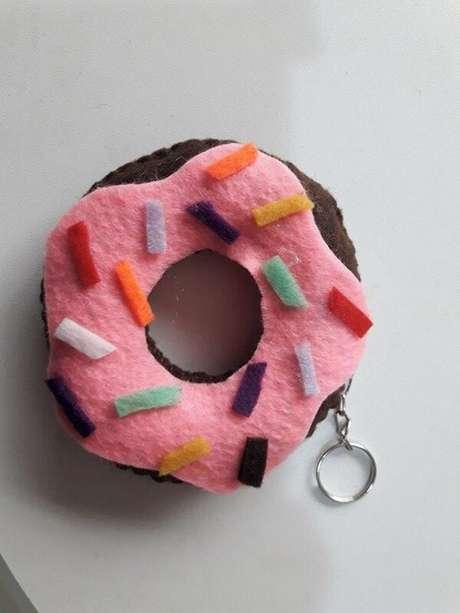 54. O chaveiro em feltro donuts é versátil e pode ser utilizado em diferentes comemorações. Fonte: Pinterest