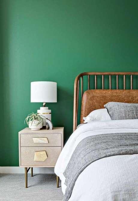 5. Parede de quarto verdes esmeralda com móveis de madeira para combinar – Via: Pinterset