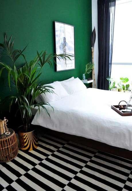 32. Parede verde esmeralda para o quarto moderno – Via: Pinterest