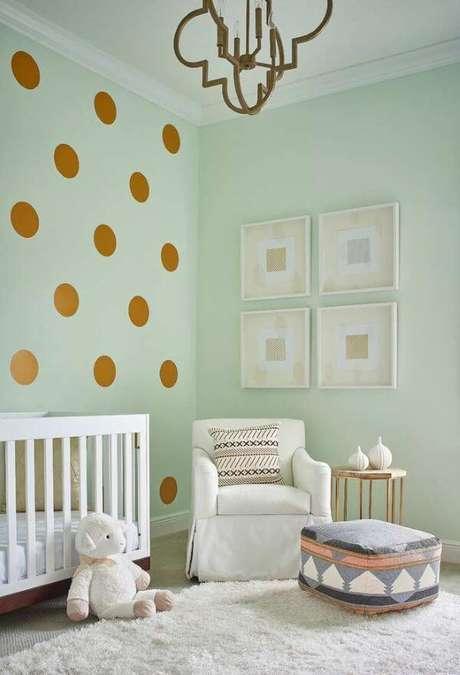 35. Quarto de bebê verde claro com móveis neutros – Via: Pinterest