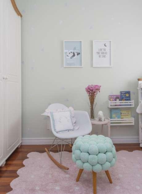 3. Quarto de bebê verde claro com detalhes em rosa – Via: Karen Piscane