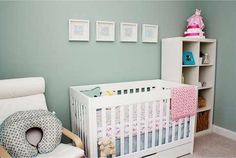 38. Adicione detalhes cor de rosa no lindo quarto de bebê verde – Via: Pinterest