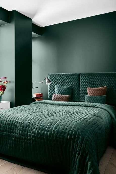 49. Quarto verde escuro e iluminado – Via: Bedroom Ideas