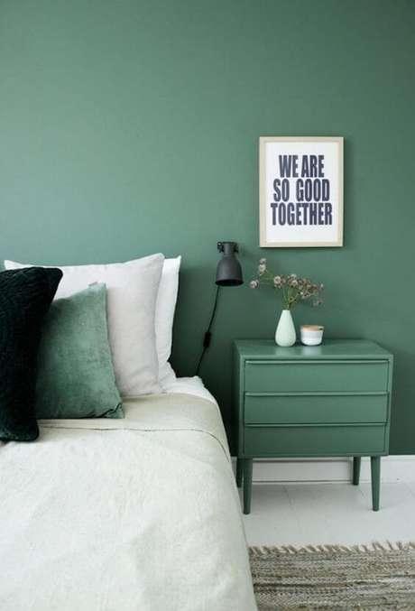 54. Quarto verde com cama branca – Via: Casa Abril