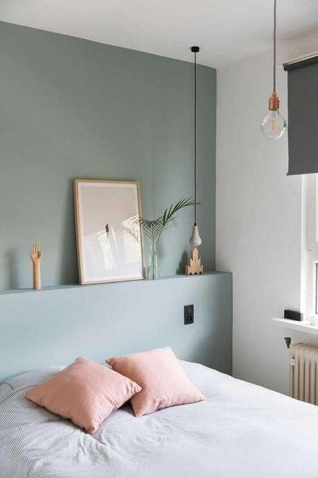 57. Quarto verde claro com almofadas cor de rosa – Via: Casa Vogue