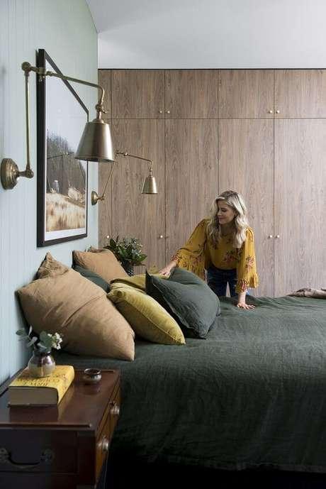 60. Quarto verde com armário e móveis de madeira – Via: Pinterest