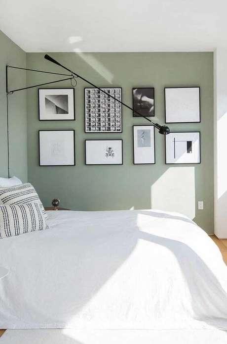 61. Quarto verde com conjunto de quadros – Via: Pinterest