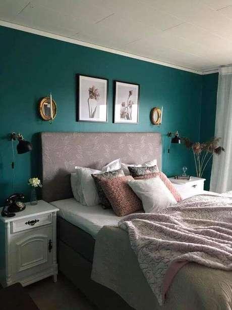 64. Quarto verde com detalhes cor de rosa – Via: Pinterest