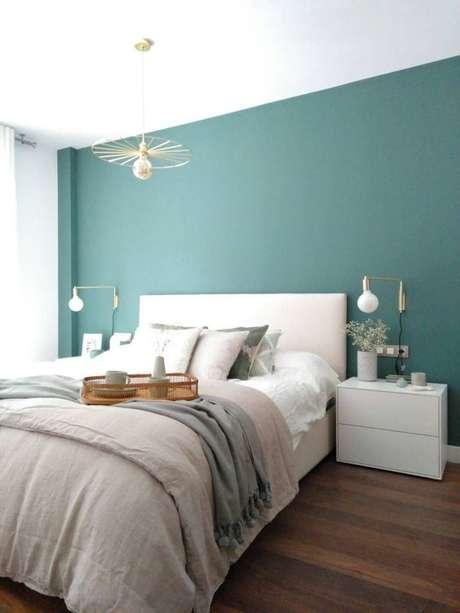 14. Aposte nos móveis neutros para combinar com sua parede verde – Via: Pinterest