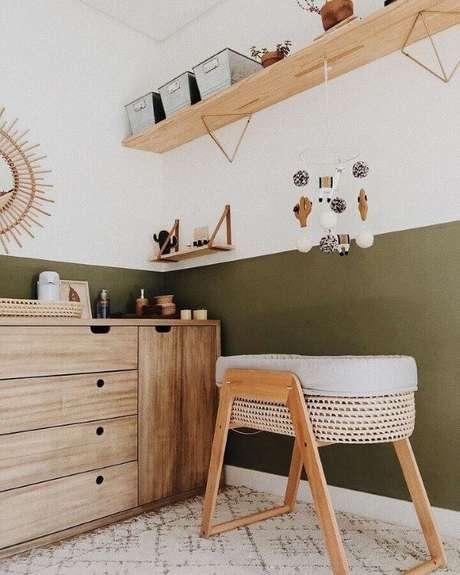 24. Quarto verde musgo para bebê com móveis em madeira clara – Via: Pinterest