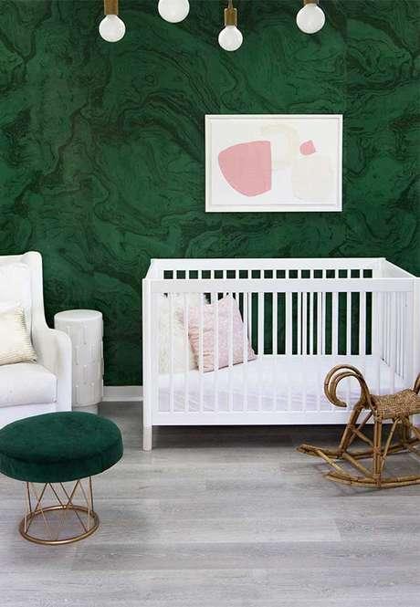 27. Quarto com papel de parede verde e móveis brancos – Via: Pinterest