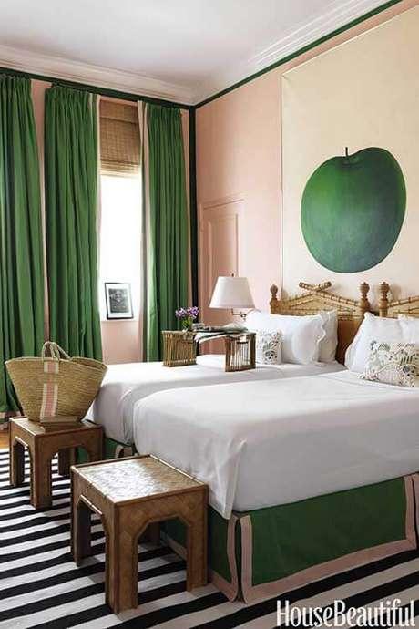 50. Quarto verde e branco com móveis de madeira – Via:House Beautiful