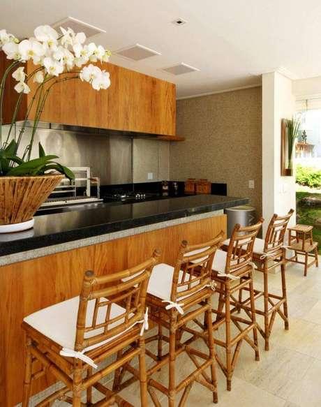 30. Banquetas para cozinha de bambu deixam o ambiente aconchegantee com ar mais criativo