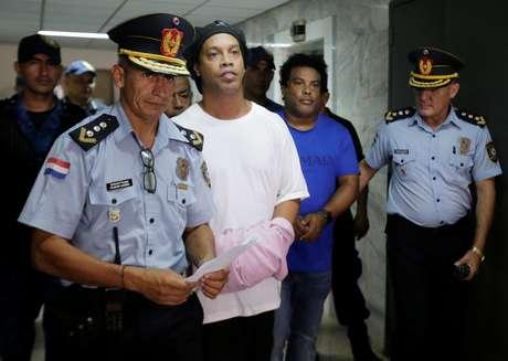 Ronaldinho e Assis, algemados, na Suprema Corte do Paraguai 07/03/2020 REUTERS/Jorge Adorno