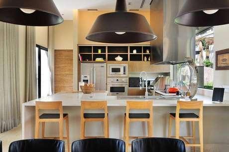 31.Banquetas para cozinha de madeira acolchoada deixa o ambiente confortável