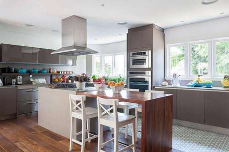 32. Banquetas para cozinha brancas são um charme na decoração