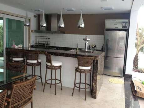 43. As banquetas da cozinha podem combinar com as cadeiras da mesa