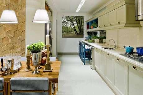 23. Banquetas para cozinha coloridas dão um charme a mais para o ambiente