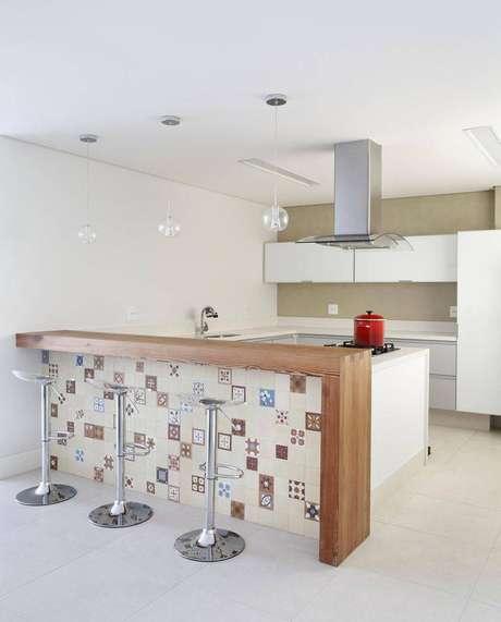 45. Banquetas para cozinha transparentes são bem delicadas e quase imperceptíveis no ambiente