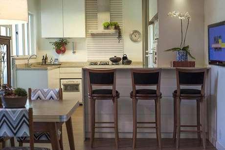 46. Você pode optar por banquetas marcantes para incrementar a decoração de cozinha simples